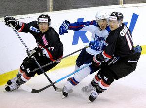 写真:第3ピリオド、韓国選手と競り合う上野(左端)、小原(右端)=川村直子撮影