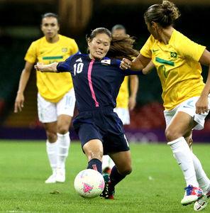 写真:ロンドン五輪の準々決勝、ブラジル戦でパスを出す澤(10)=西畑志朗撮影