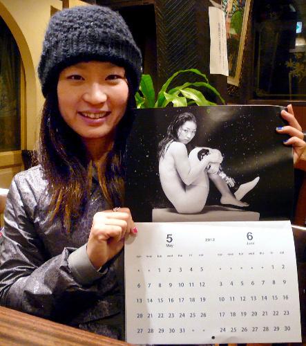 写真:カレンダーを手にする中西麻耶さん=中央区銀座4丁目