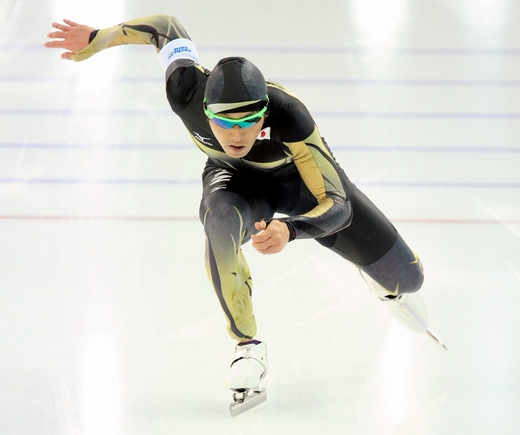 男子500メートル2回目を滑る長島圭一郎=川村直子撮影
