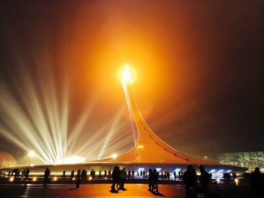 大会10日目、雨のなか燃え続ける聖火
