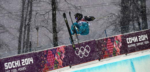 雪のなか開催されたフリースタイルスキー男子HP=ロイター