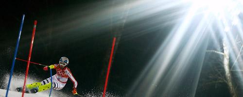 ナイターで開催されたアルペン女子回転=ロイター