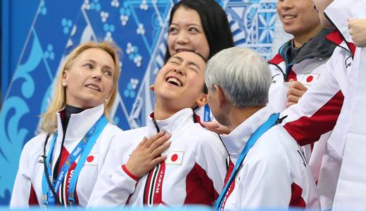 フィギュア団体女子SPの演技を終え、胸に手を当てる浅田真央=川村直子撮影