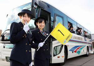 バスガイドの制服に身を包み、ポーズを取る山下ゆかりさん(左)と大矢真那さん=細川卓撮影
