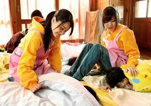 子どもたちを寝かしつける木下有希子さん(左)と出口陽さん=細川卓撮影