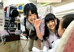 赤ちゃんをあやしながらシャッターチャンスを待つ小林亜実さん(中央)と山田澪花さん=細川卓撮影