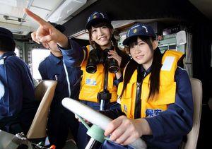 巡視艇のかじを握る後藤理沙子さん(右)と井口栞里さん=愛知県常滑市沖、細川卓撮影