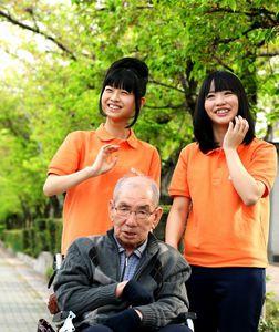 新緑の中をお年寄りと散歩する日置実希さん(左)と松村香織さん=愛知県一宮市、細川卓撮影