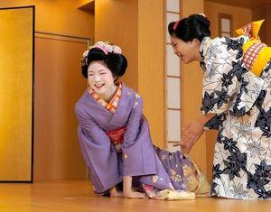 「金の鯱」に四苦八苦の水埜帆乃香さん(左)=名古屋市中区、高橋雄大撮影