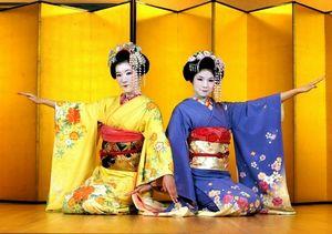 「名古屋城」のポーズをする荻野利沙さん(左)と水埜帆乃香さん=名古屋市中区、高橋雄大撮影