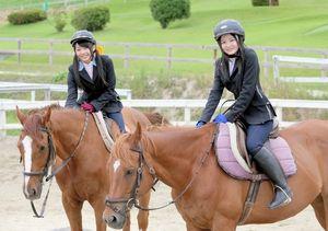 世話をした馬に乗るSKE48の木崎ゆりあさん(左)と江籠裕奈さん=愛知県日進市の愛知牧場、高橋雄大撮影