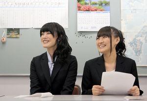 日本語を教えるコツをつかんで笑顔の酒井萌衣さん(左)と犬塚あさなさん=名古屋市中区、高橋雄大撮影
