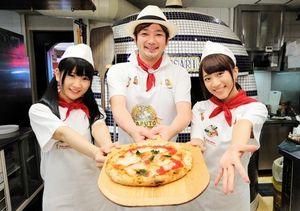 牧島昭成さん(中央)に教わってピッツァを焼き上げた新土居沙也加さん(左)と斉藤真木子さん=名古屋市中区、高橋雄大撮影