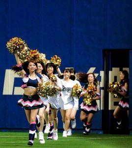ナゴヤドームのグラウンドに駆け出すチアドラとSKE48のメンバー=高橋雄大撮影