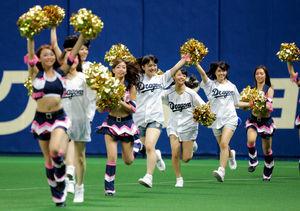 チアドラのメンバーと一緒にグラウンドに駆け出すSKE48のメンバーたち=ナゴヤドーム、高橋雄大撮影