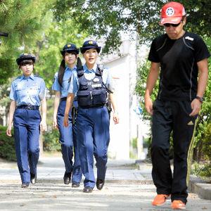 職務質問の体験中、先生役の浦野早希子巡査部長(中央)が、警察官が扮した不審者役の男性(右)を見つけて声をかけた=名古屋市東区、高橋雄大撮影
