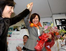 写真:白井文市長(左)と当選を喜び合う稲村和美氏=21日午後9時42分、兵庫県尼崎市、竹花徹朗撮影