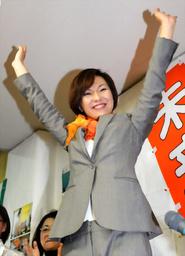 写真:当選を確実にし喜ぶ稲村和美氏=21日午後9時46分、兵庫県尼崎市、竹花徹朗撮影