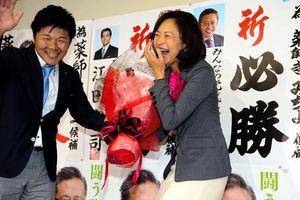 写真:花束を贈られ笑顔の薬師寺道代氏=21日午後11時7分、名古屋市熱田区、細川卓撮影