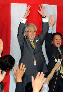 写真:当選確実を決め、万歳三唱をする自民現職の西田昌司氏=21日午後8時36分、京都市中京区、戸村登撮影