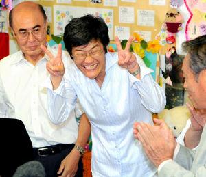 写真:当選を決め、支持者らに笑顔を見せる共産党の倉林明子氏=21日午後11時18分、京都市中京区、戸村登撮影