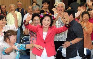 写真:当選を決め、支持者たちとカチャーシーを踊って喜ぶ糸数慶子氏=21日午後9時48分、那覇市、藤脇正真撮影