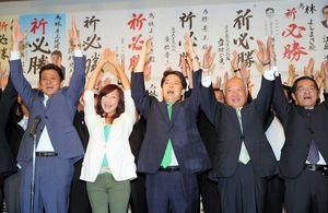 写真:当選を決め、万歳をして喜ぶ林芳正氏(中央)=21日午後8時3分、山口市、溝脇正撮影