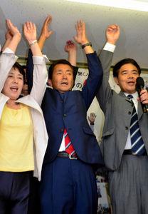 写真:当選が決まり万歳をする野田国義氏=福岡市博多区
