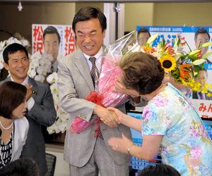 写真:祝福される松沢成文氏=横浜市西区