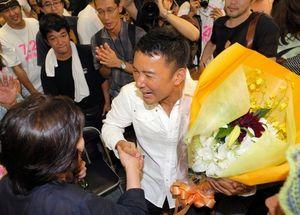 写真:当選確実の報を受け、支援者と喜ぶ山本太郎氏=21日午後9時19分、東京都杉並区、矢木隆晴撮影