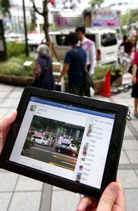 写真:演説の様子をフェイスブックに載せた陣営関係者。投稿から13分後には、さっそく「いいね!」がついた=4日午後、京都市内、林敏行撮影