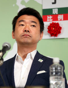 写真:会見で複雑な表情を見せる日本維新の会の橋下徹共同代表=21日午後9時23分、大阪市北区、林敏行撮影