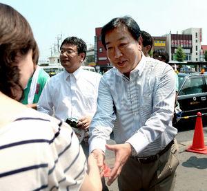 写真:応援演説を終え、聴衆と握手する野田佳彦前首相=11日午前、JR成田駅前、金川雄策撮影
