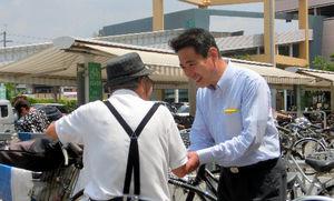 写真:買い物帰りの客と握手する前原誠司元外相=10日午前、京都市南区、二階堂友紀撮影