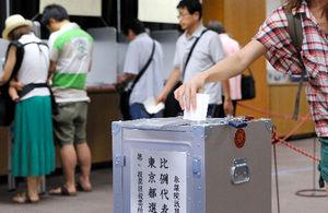写真:参院選の投票をする有権者=21日午後2時すぎ、東京都中央区、金川雄策撮影