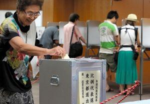 写真:参院選に投票する有権者=21日午後2時3分、東京都中央区、金川雄策撮影