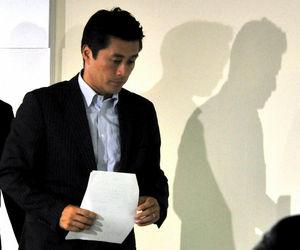 写真:開票センターを退出する民主党の細野豪志幹事長=21日午後10時12分、東京・永田町、仙波理撮影