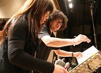 指揮を担当する佐藤文子先生(左)と葉加瀬さん