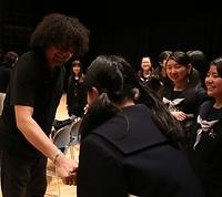 合同練習を終え、高校生と握手する葉加瀬太郎さん