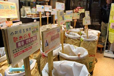 量り売り用のコメ約40種類が並ぶ店頭=東京都墨田区の亀太商店で