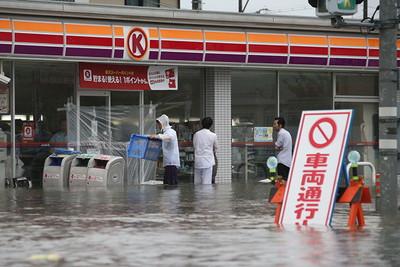 大雨で浸水したコンビニでは、店員らが片付け作業に追われた=9月8日午後4時56分、静岡県浜松市南区