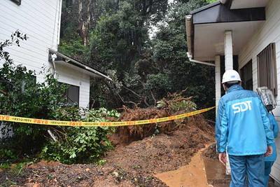 大雨により住宅の裏で土砂崩れが起きた=8日午前10時46分、浜松市中区蜆塚1丁目