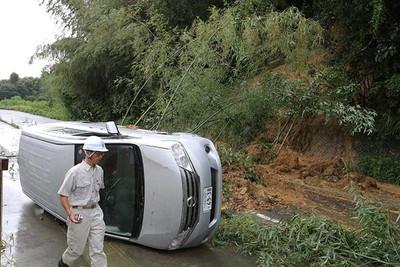 斜面が崩れ、走行中の車が巻き込まれた=9月9日午前9時22分、静岡県浜松市北区(