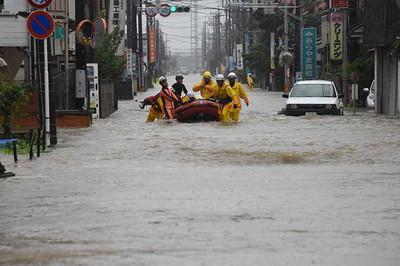 住民をボートで救出する消防隊員ら=9月10日午前7時58分、栃木県小山市