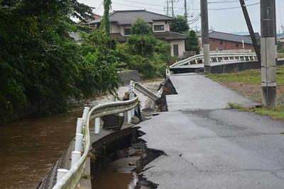 増水の影響で、崩れた道路=9月10日午後4時55分、栃木県鹿沼市下武子町