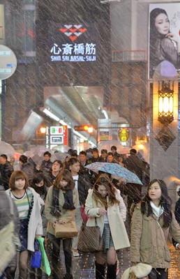 夜になり、大阪市内でも強く雪が降った=7日午後9時44分、大阪市中央区、水野義則撮影
