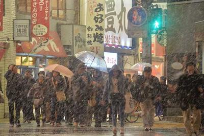 夜になり大阪市内でも強く雪が降った=7日午後10時54分、大阪市中央区、水野義則撮影