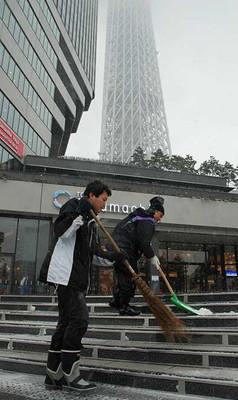 運営会社の社員らが雪かきに追われた東京スカイツリー周辺=東京都墨田区押上1丁目