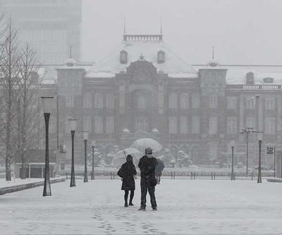 雪化粧した東京駅。雪景色を撮影する人も多かった=東京都千代田区丸の内
